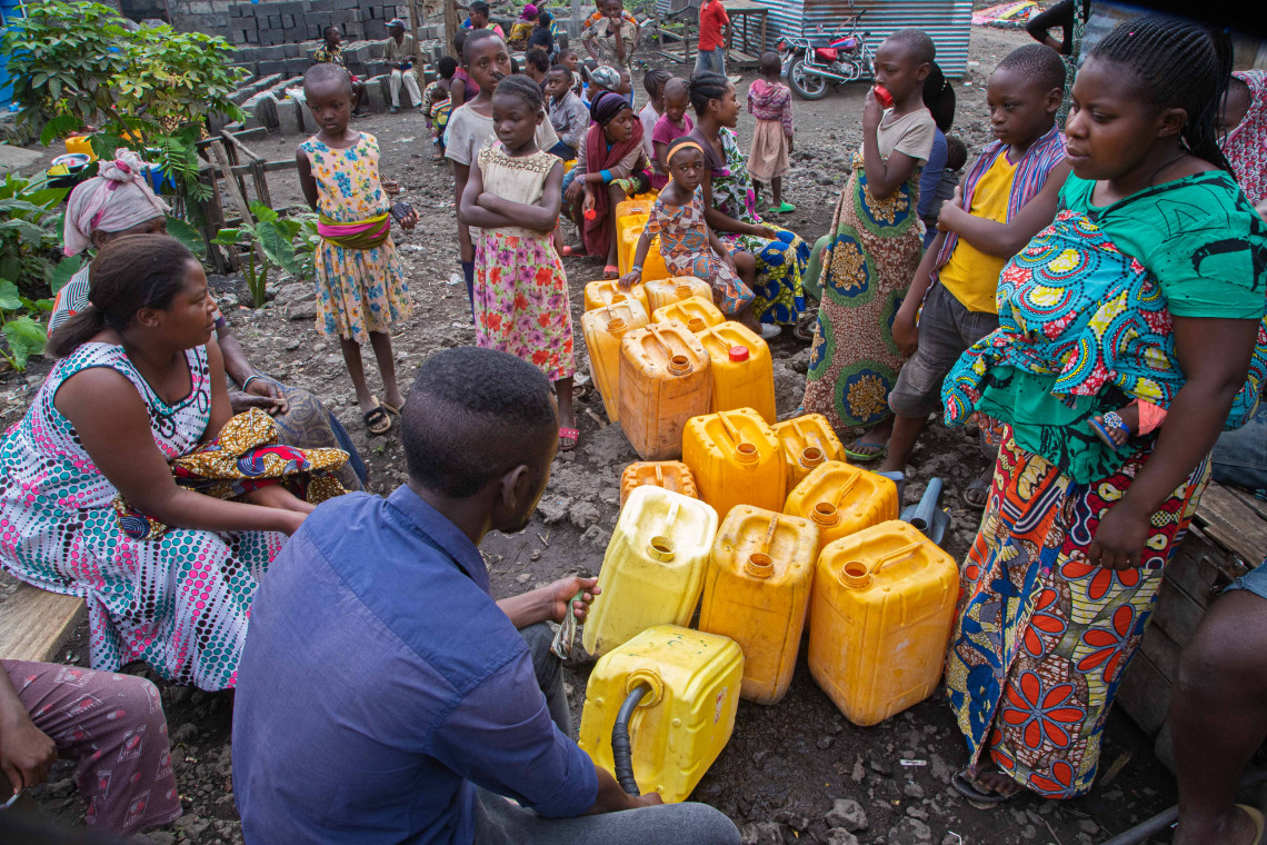Since the start of the humanitarian crisis linked to the May 22 volcanic eruption, the price of water has doubled. Due to lack of access to the distribution network, many residents of Goma have to buy water from distributors in the street.