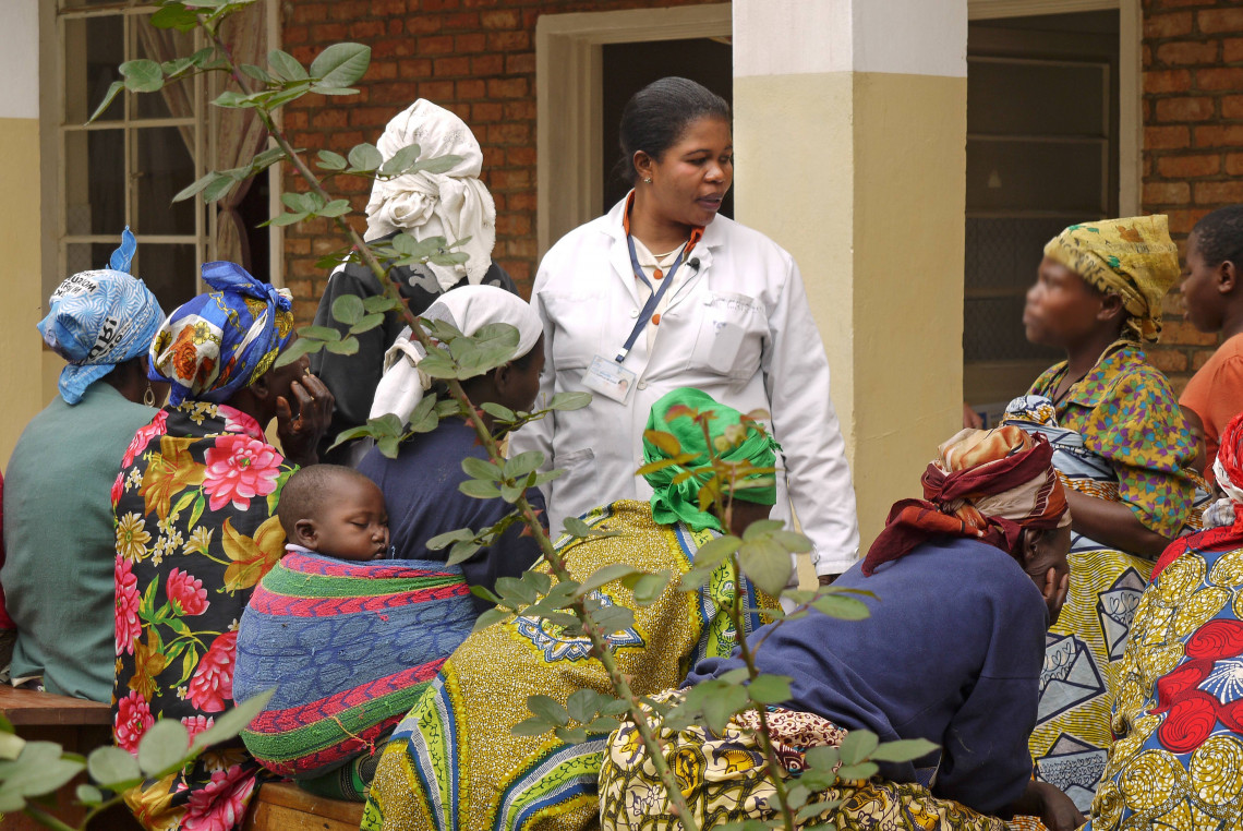 Des patientes survivantes de violences sexuelles se tiennent ensemble dans la cour de l'Hôpital de Panzi, à Bukavu.