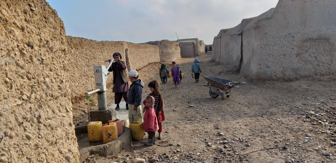 Hundreds of families have access to clean water in the Bolan area of Lashkar Gah. Using of hand pump is a new and joyful experience for these children to take clean water to their homes. Mohammad Masoud SAMIMI/ICRC