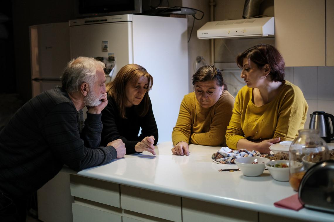 Некогда оживленный семейный разговор сменился тишиной.