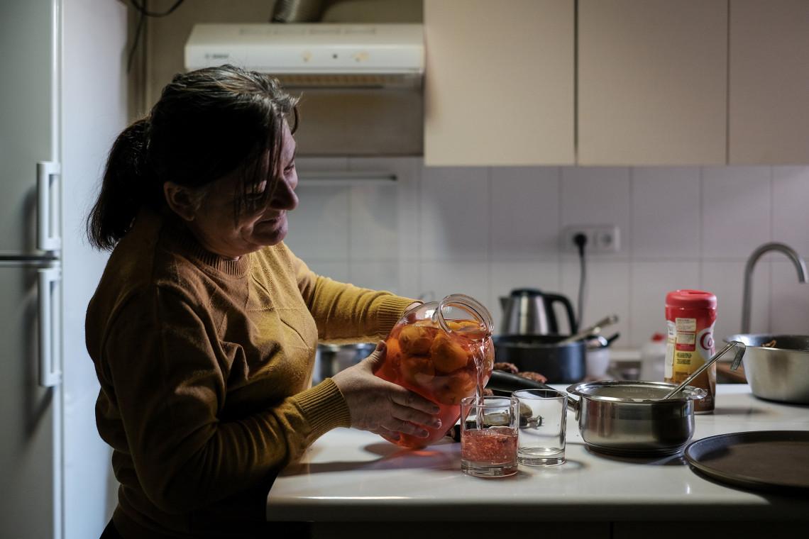 Наша камера поймала редкую улыбку на лице Зарины, когда она наливала домашний яблочный компот внукам. Именно любовь к ним позволяет ей верить, что все еще будет хорошо.