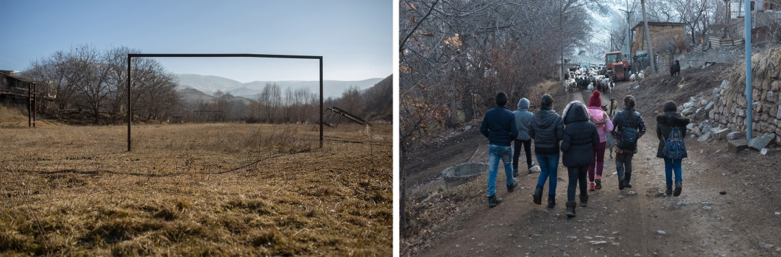 À gauche, le terrain de football abandonné devenu terre de pâturage pour le bétail. À droite, des enfants errant dans le village. CC BY-NC-ND / CICR / Areg Balayan
