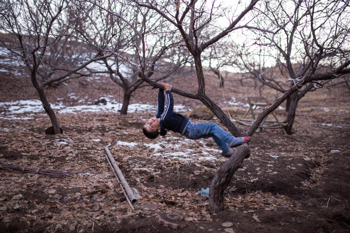 Un garçon jouant à l'extérieur. CC BY-NC-ND / CICR / Areg Balayan