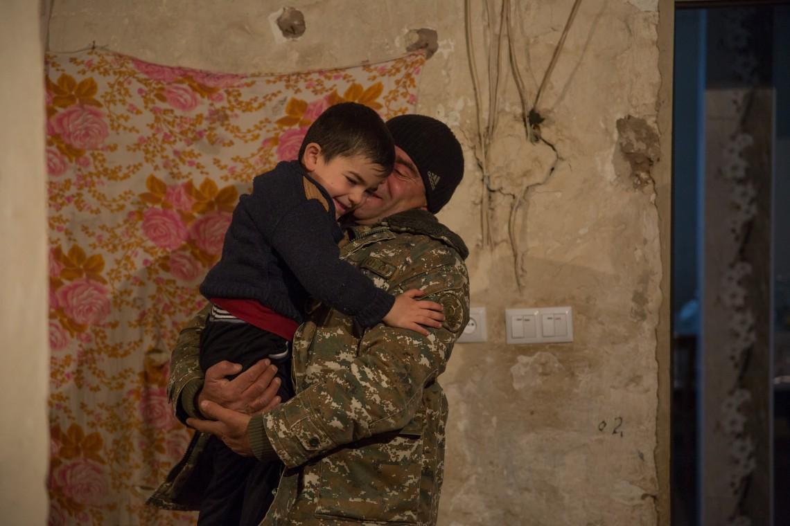 Zohrak embrasse son neveu avant de partir en montagne effectuer son service contractuel. CC BY-NC-ND / CICR / Areg Balayan