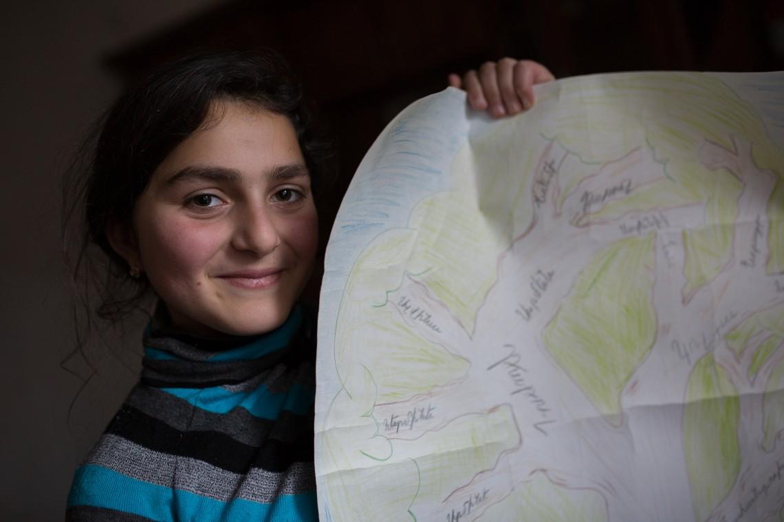 Satenik tient dans ses mains son arbre généalogique, qu'elle a dessiné. CC BY-NC-ND / CICR / Areg Balayan