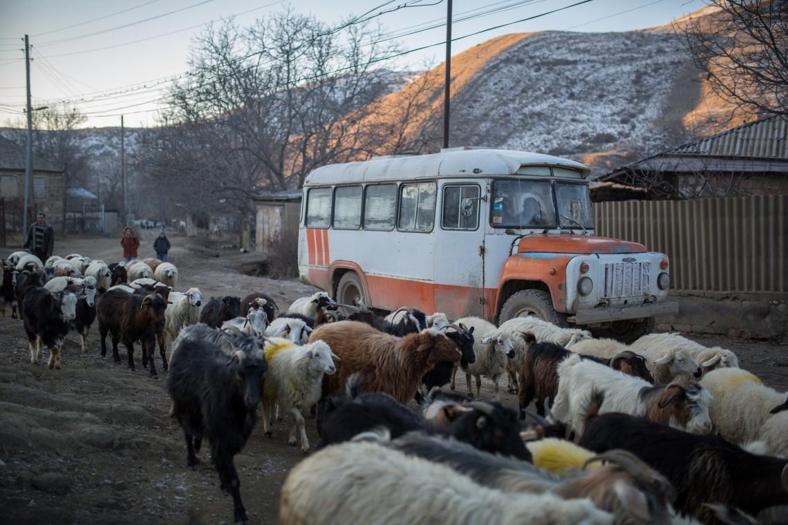 Le bus qui transporte les enfants entre l'école et le village voisin de Nor Aznaberd. CC BY-NC-ND / CICR / Areg Balayan