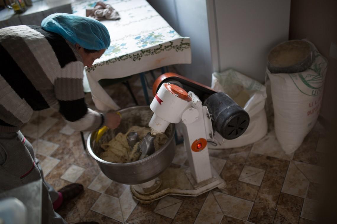 Monica prépare de la pâte dans son bistrot. CC BY-NC-ND / CICR / Areg Balayan
