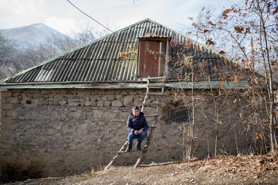 Manvel est assis sur l'escalier qui mène à sa maison. CC BY-NC-ND / CICR / Areg Balayan
