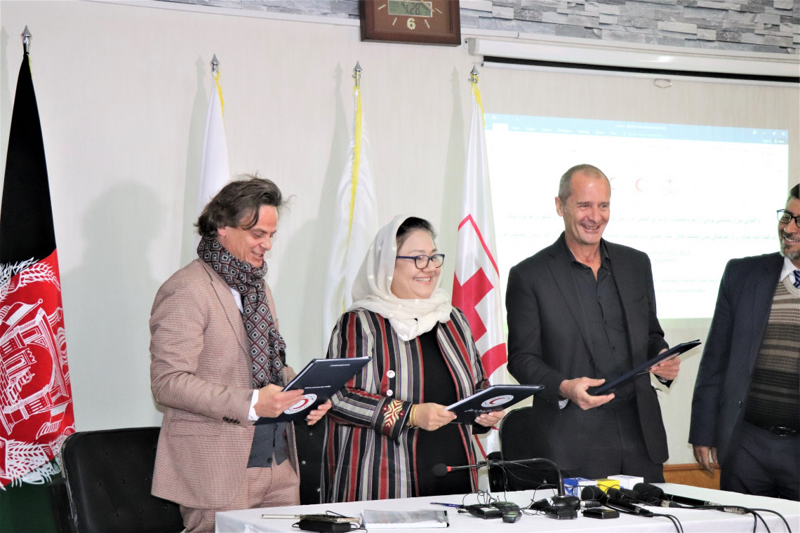 Mr. Juan Pedro Head of Delegation for ICRC, Dr. Nilab Mobarez the Secretary General of Afghanistan Red Crescent Society and Pierre Kremer, Head of Delegation for IFRC signing the MoU. Masoud Samimi/ICRC