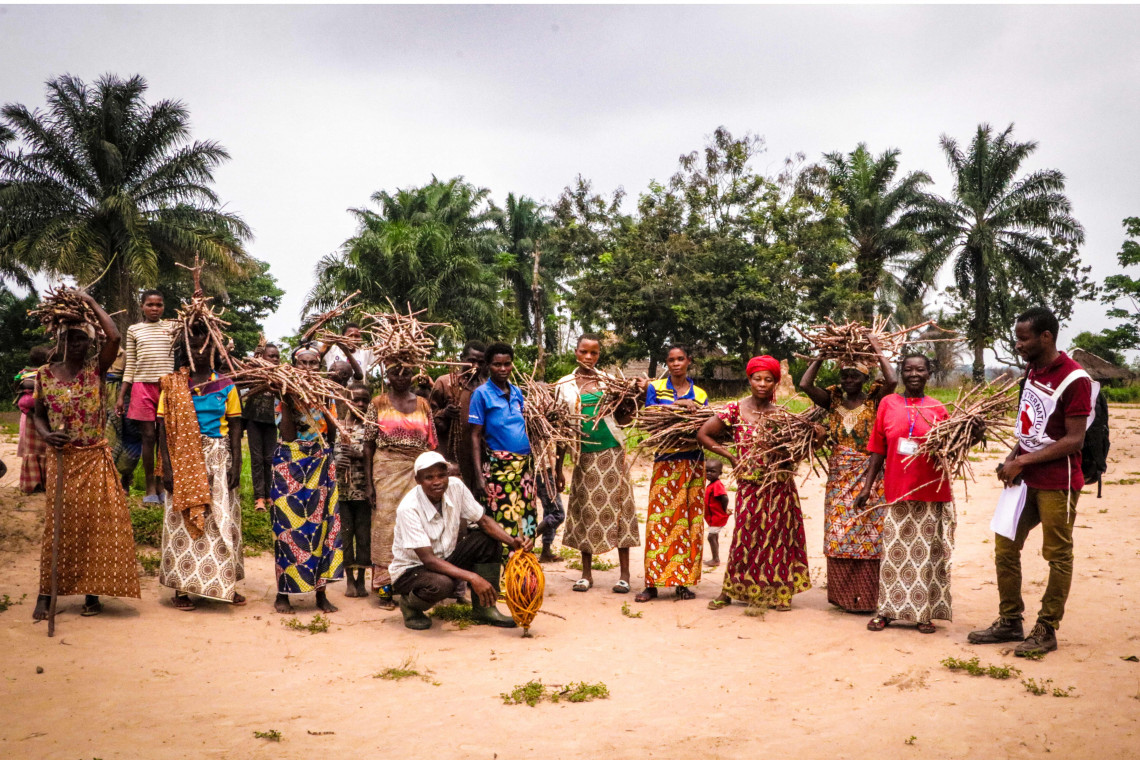 In the village of Tshibombi in Kasai-Central province, 6,500 pre-registered families received cassava cuttings to be propagated on-site.