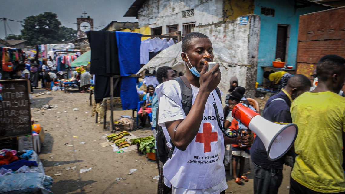 Red Cross volunteers are often met with indifference or scepticism as to the existence of the virus. Photo: Jonathan Busasi Nsalimbi / ICRC