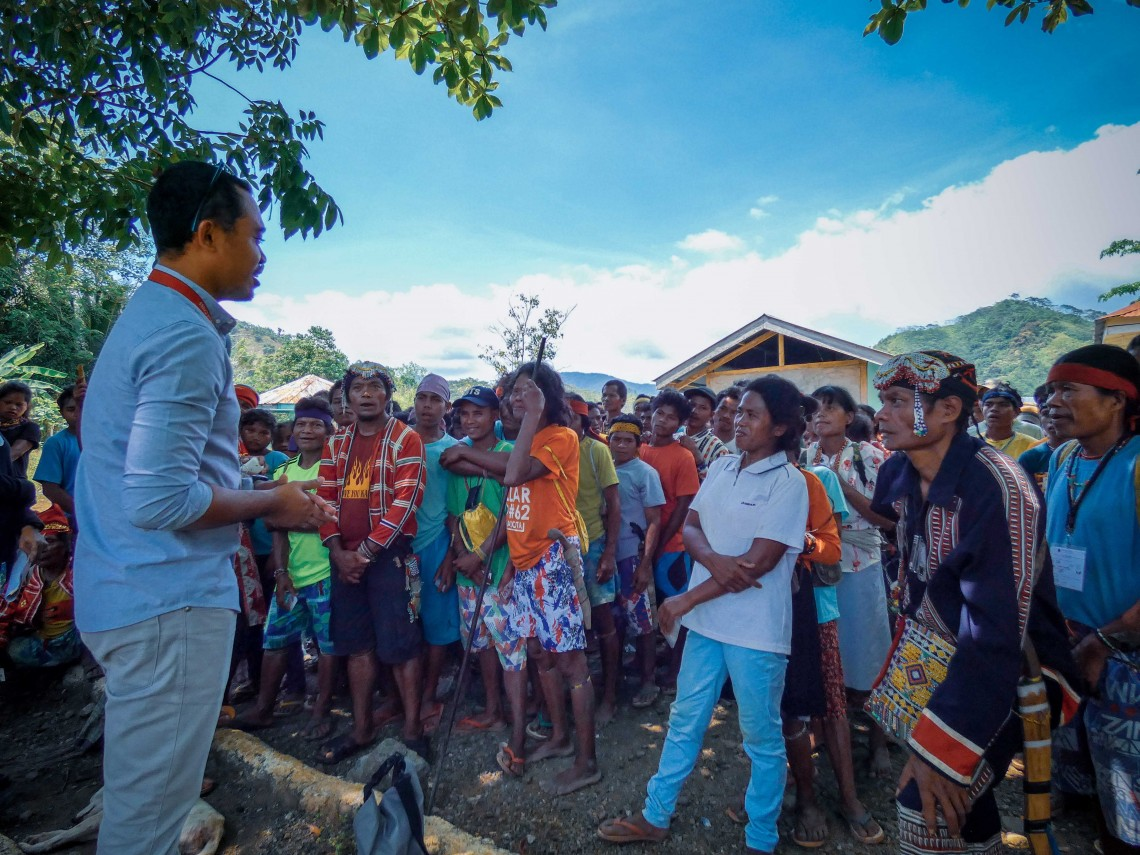 Before the distribution, our field officers discussed the organization's role and its support for conflict-affected people so the community can get to know the ICRC better. They also answered questions and concerns from the displaced families. CC BY-NC-ND / ICRC / Ryan Ang