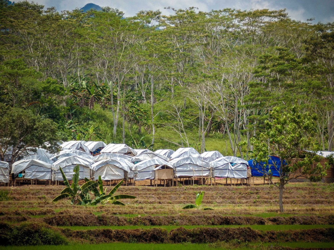 The relocation site was set up by other aid organizations together with village officials. The affected families used the tarpaulins we provided in March as makeshift walls and roofs. CC BY-NC-ND / ICRC / Ryan Ang