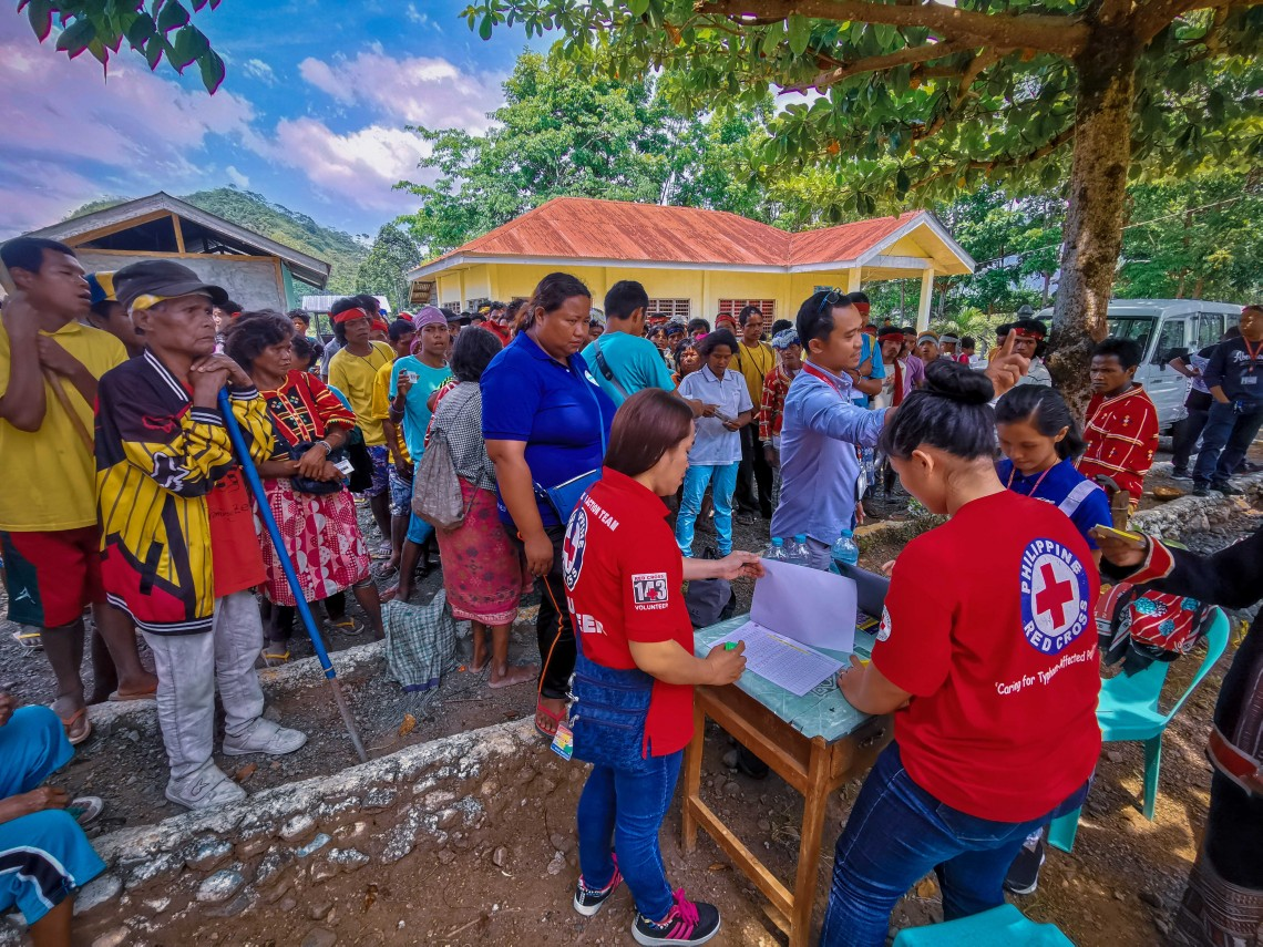 Volunteers from the PRC-Bukidnon chapter provided support for the cash grant distribution. The PRC is our primary partner in delivering humanitarian aid in conflict areas of the country. CC BY-NC-ND / ICRC / Ryan Ang