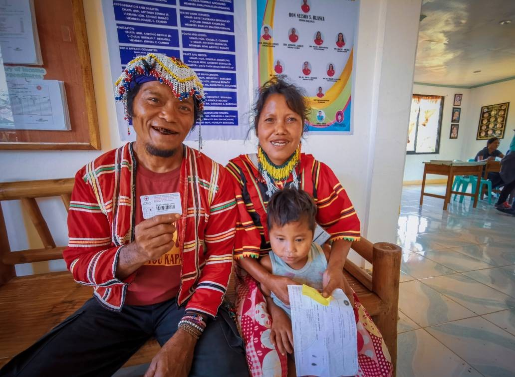 Datu Sampoy Sedom and his wife Miay Sidum plan to use the cash grant to buy rice and other food items. CC BY-NC-ND / ICRC / Ryan Ang
