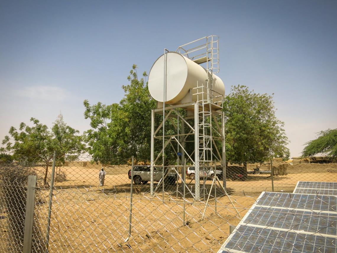 Les panneaux solaires fournissent de l'énergie à une pompe qui extrait l'eau d'un forage et l'envoie vers le réservoir d'eau. De là, la gravité distribue de l'eau aux fontaines du village.