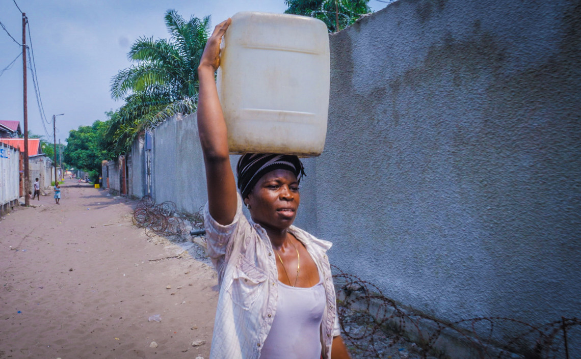 Every day, Arlette has to carry six 25-litre containers of water home. Jonathan BUSASI/ICRC
