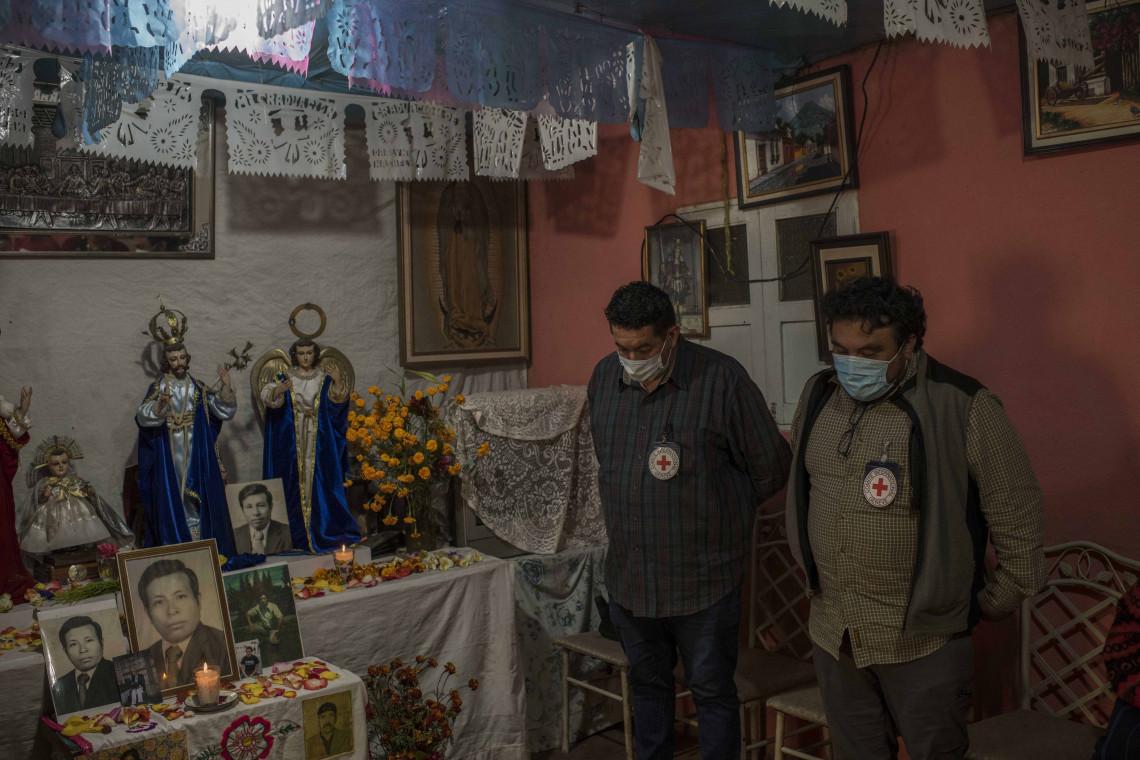 Los delegados del CICR Luis Pedro Domínguez Rosales y Erick Raúl García Quinones asisten a la ceremonia de homenaje a Basilio Sotz Morales, quien fue dado por desaparecido en 1982, en San Juan Comalapa, Guatemala. Si bien el hallazgo de sus restos se produjo en 2003, recién pudieron ser identificados en 2014 gracias a una prueba de ADN.
