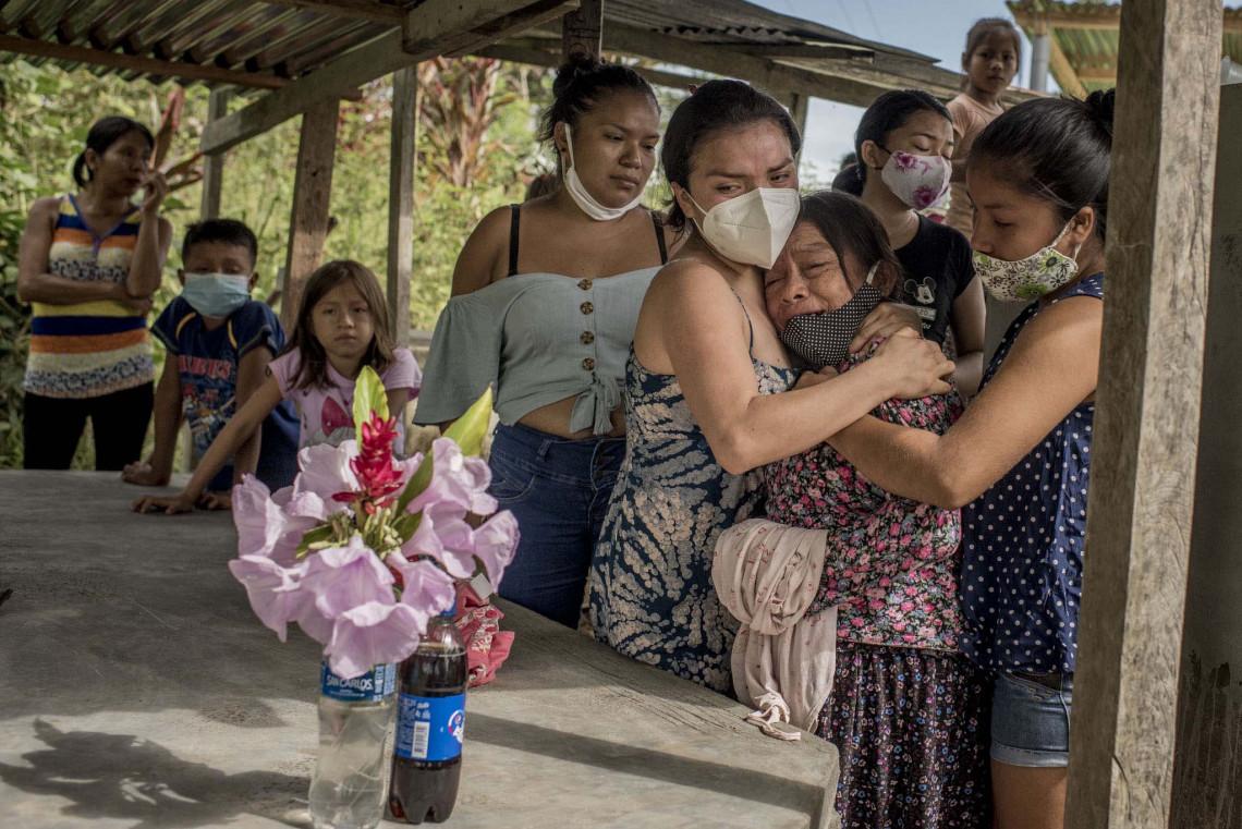 Teresa Kawasa recibe consuelo durante el funeral de su madre Julia Sebastian War, quien murió a los 102 años de edad, en su hogar de Imacita, en la Amazonia peruana. 29 de octubre de 2020.