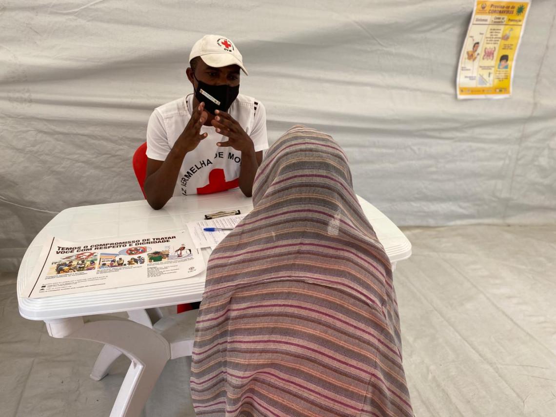Pessoas deslocadas buscam serviço de restabelecimento de laços familiares para entrar em contato com seus entes queridos.