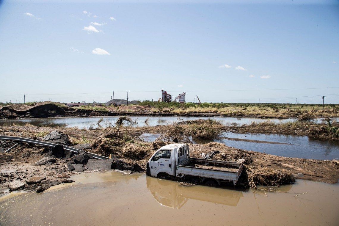 The destruction caused by Cyclone Idai destoyed roads, cutting off essential supply of food, medicine, and vital support mechanisms. Access to affected communities became a growing challenge. Photo: Amilton NEVES / ICRC