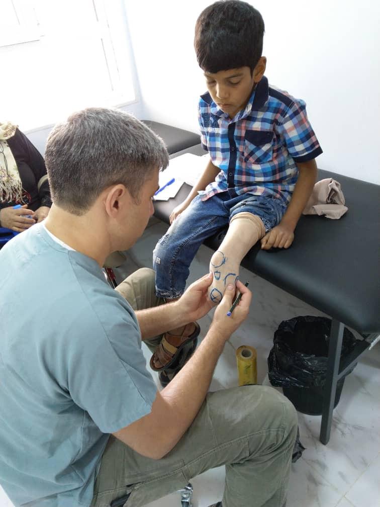 Crianças feridas ou com deficiências são parte dos pacientes atendidos por Nicolas Machi.
