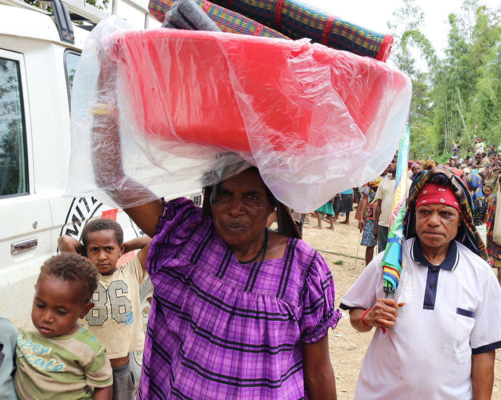 A mother from Tumbita, South Koroba, receives basic household items as part of a distribution programme organized by the ICRC