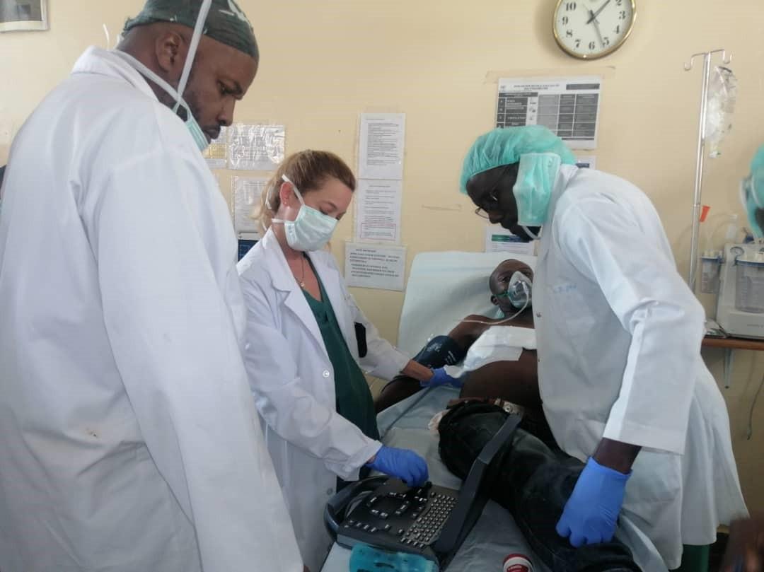Carina atende um paciente junto com sua equipe.