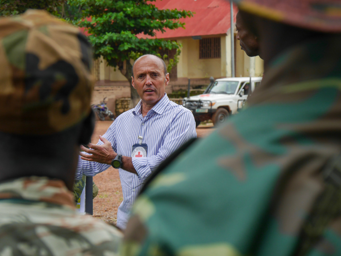 In the Central African Republic, as elsewhere in the world, the ICRC is pursuing a dialogue with arms bearers and circles of influence to disseminate the essential rules of international humanitarian law.