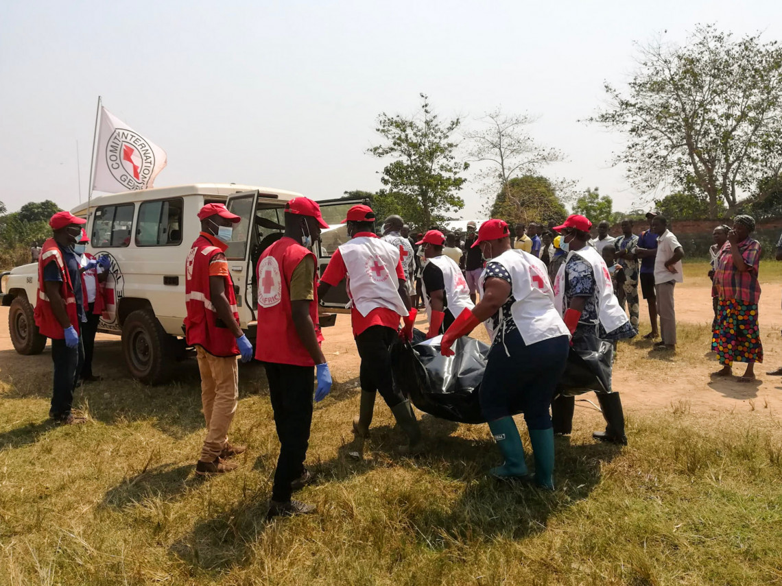CRCA volunteers, with the support of the ICRC, help the authorities to collect the mortal remains of the victims of the clashes. Treating the remains with dignity is a humanitarian imperative.
