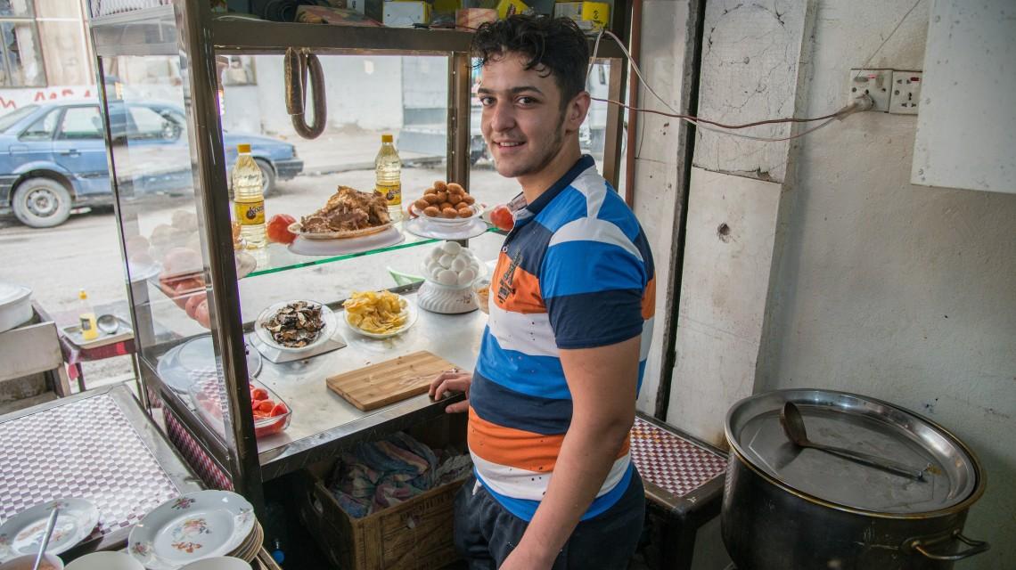 مصطفى يستعد لإعداد المأكولات الشهية في مطعمه CC BY-NC-ND / ICRC / Ibrahim Adnan Sherkhan