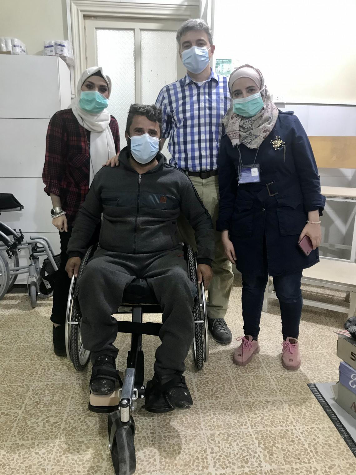 Nicolas Machi, ao lado de pacientes e colegas do CICV, no Centro de Reabilitação Física em Aleppo.