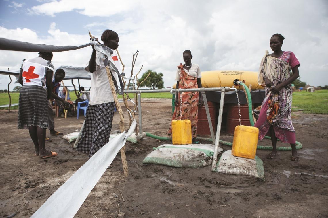 Julho de 2014. Estado de Upper Nile, Centro de Tratamento de Cólera de Lul. Mulheres buscam água potável em uma estação de tratamento de água.