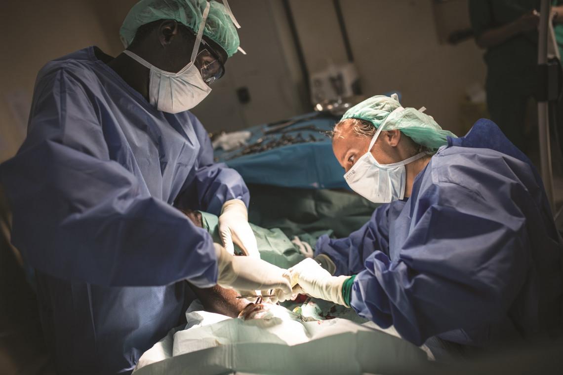 Sudão do Sul, 2020. As equipes cirúrgicas do CICV em Akobo, Ganyliel e Juba trataram mais de 110 pessoas feridas por arma de fogo entre meados de fevereiro e início de março de 2020. A cirurgiã Anne Morrison opera um paciente que foi baleado na perna.