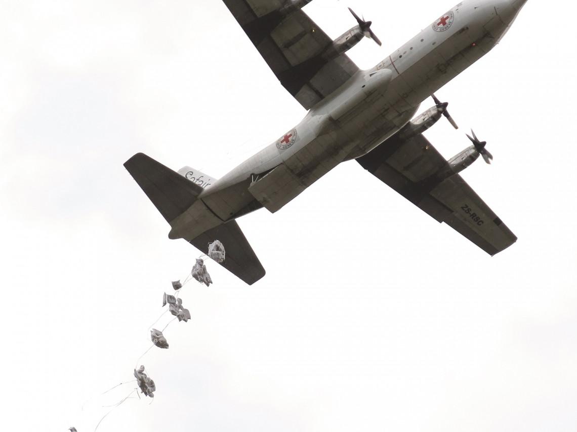 Abril de 2014. Waat, estado de Jonglei. As fortes chuvas dificultaram o acesso às comunidades isoladas deslocadas pelo conflito. O CICV iniciou os lançamentos aéreos de alimentos para ajudar a garantir que as necessidades emergenciais das famílias pudessem ser atendidas.