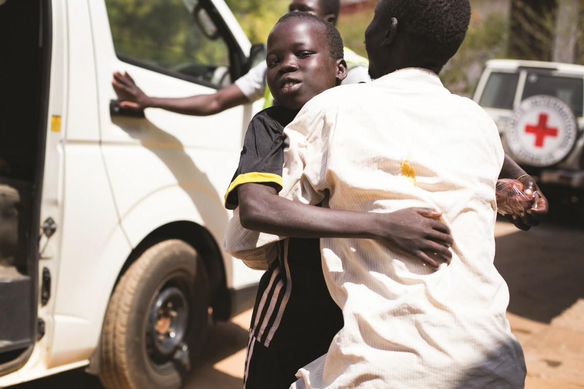 Janeiro de 2018, Juba, Sudão do Sul. Victor (12) foi separado da família na sua aldeia no dia 28 de agosto de 2016. Foi reunificado com o pai Federiko depois de mais de um ano separados graças aos esforços do CICV e da Cruz Vermelha do Sudão do Sul.
