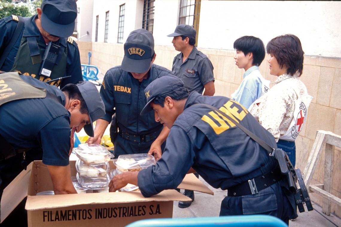 Досмотр коробок МККК с гуманитарной помощью заложникам.
