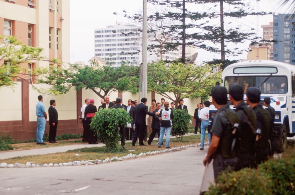 Освобождение части заложников при посредничестве МККК.