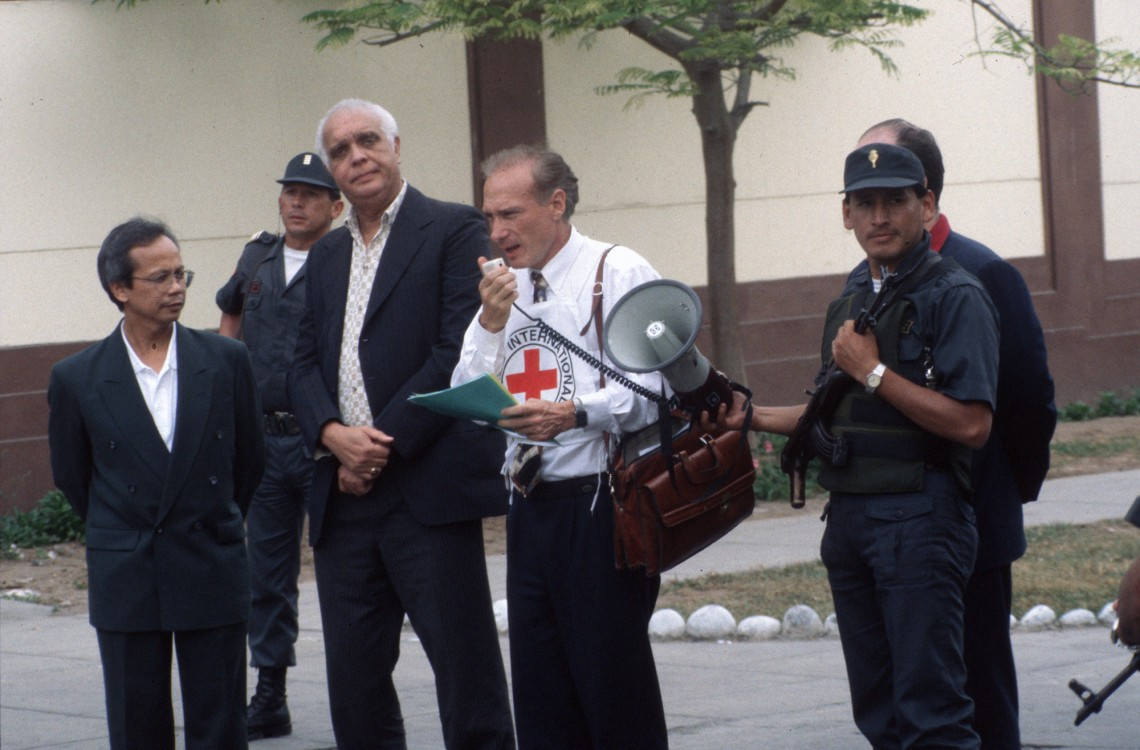 Лима, Перу, захват заложников в посольстве Японии. Мишель Минниг ведет переговоры.