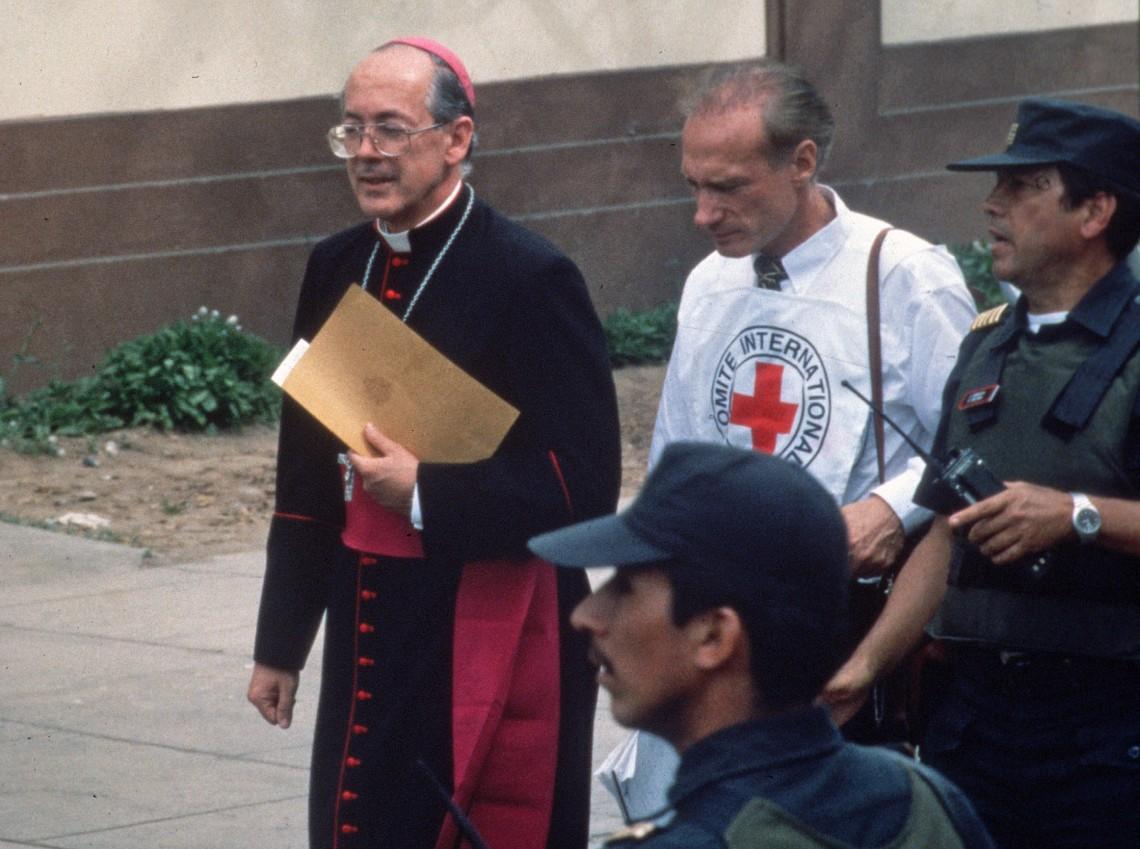 Хуан Луис Сиприани, епископ Аякучо, и Мишель Минниг с полицией.