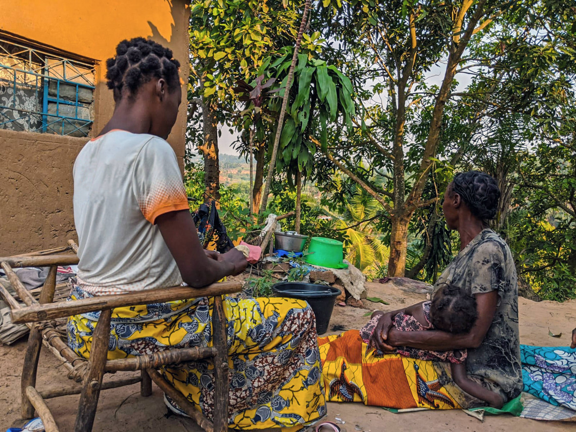 Thèrèse (à gauche), en compagnie de sa mère et de son enfant, de retour dans son village après le séjour à l'Hôpital de Panzi.