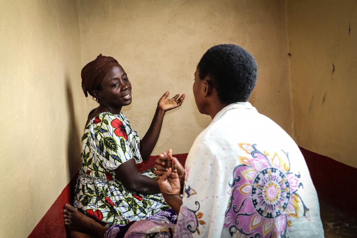 Une agente psychosociale (de face) reçoit une victime de violences sexuelles dans la maison d'écoute de la ville de Sange. Le CICR apporte son soutien à une douzaine de maisons d'écoute dans les deux Kivus, lieux où les victimes de violences sont accueillies et prises en charge.