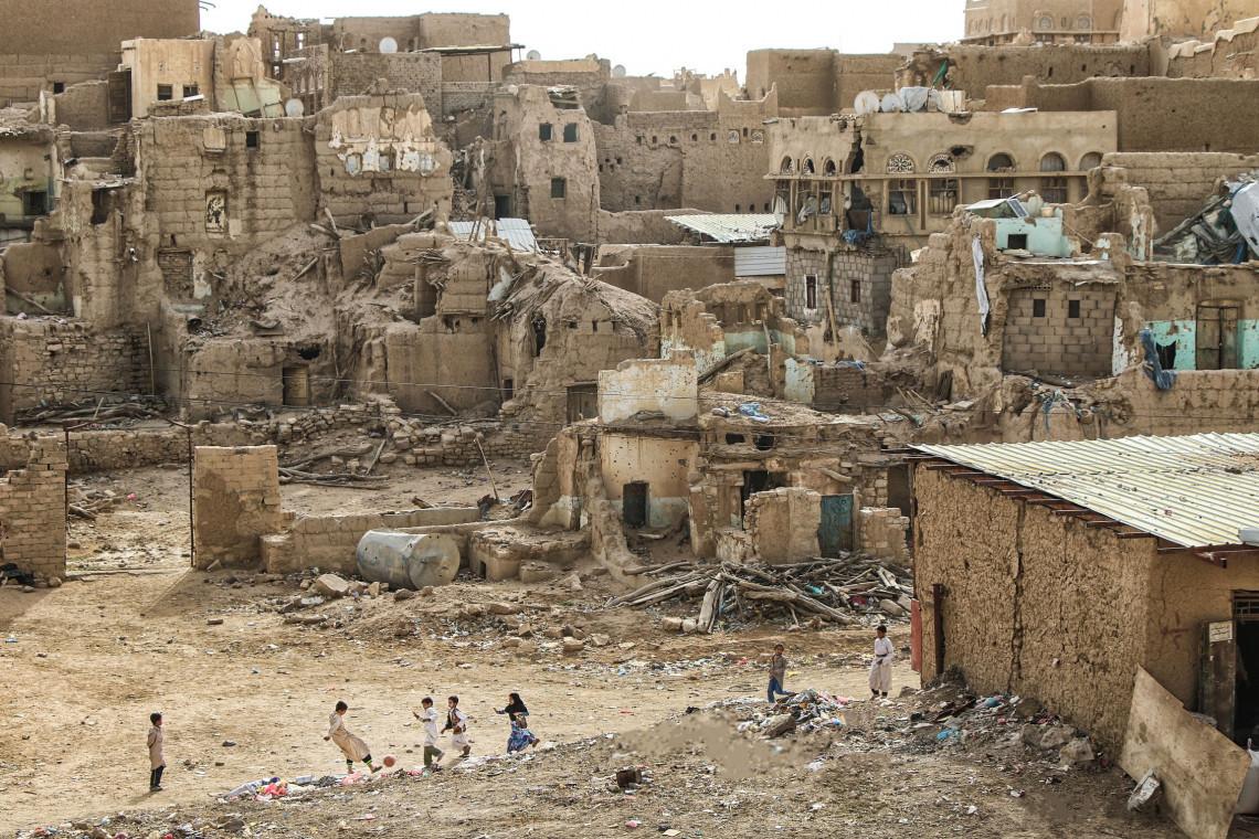 Saada (Yémen). Des enfants jouent au football au beau milieu des ruines (2019).