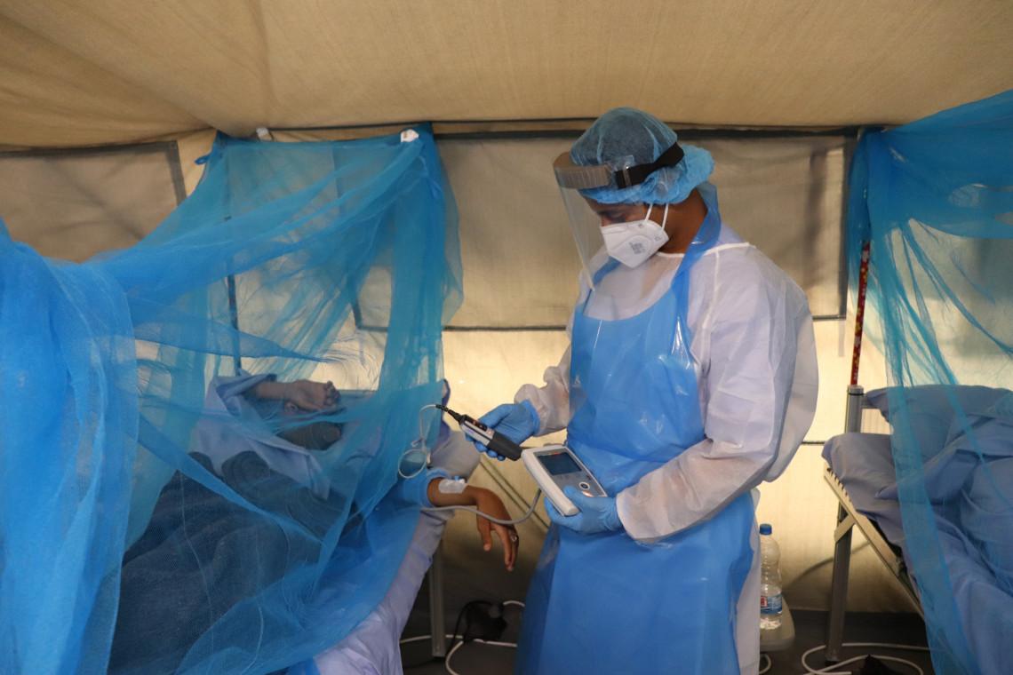 Aden (Yémen). Le personnel du centre de traitement du Covid-19 de la Croix-Rouge contrôle le niveau d'oxygène d'un patient (novembre 2020).
