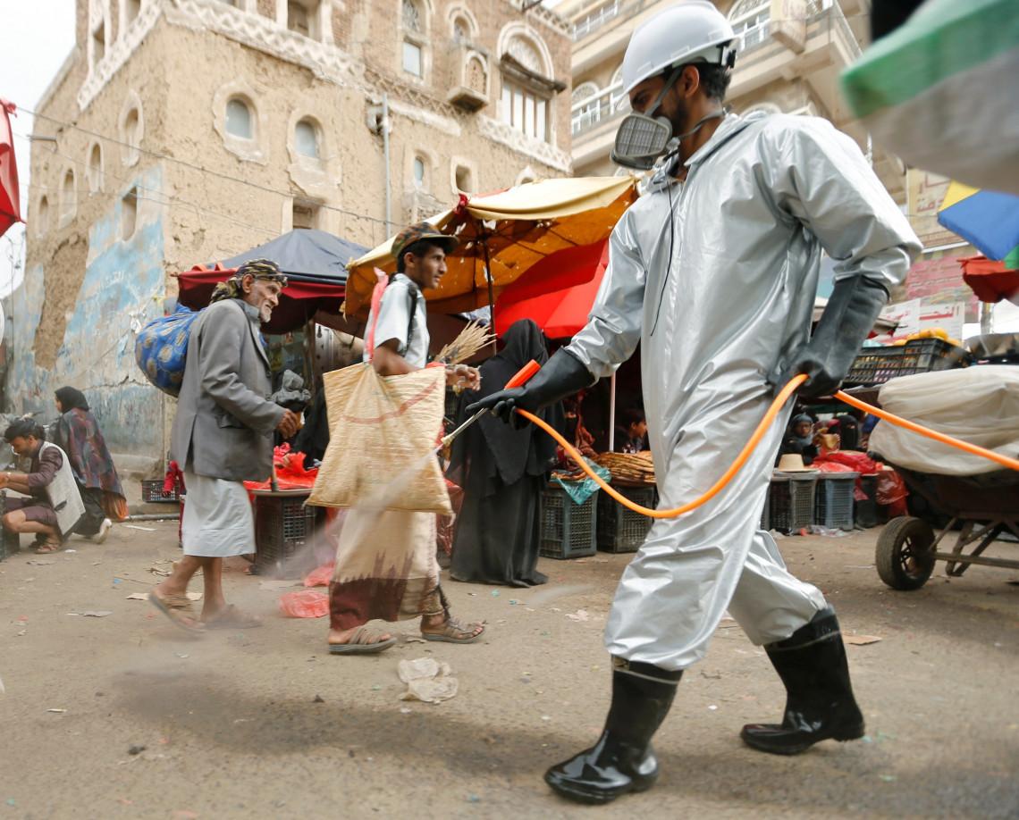 Sanaa (Yémen). Un professionnel de la santé désinfecte une rue du marché pour freiner la propagation du Covid-19 (avril 2020).