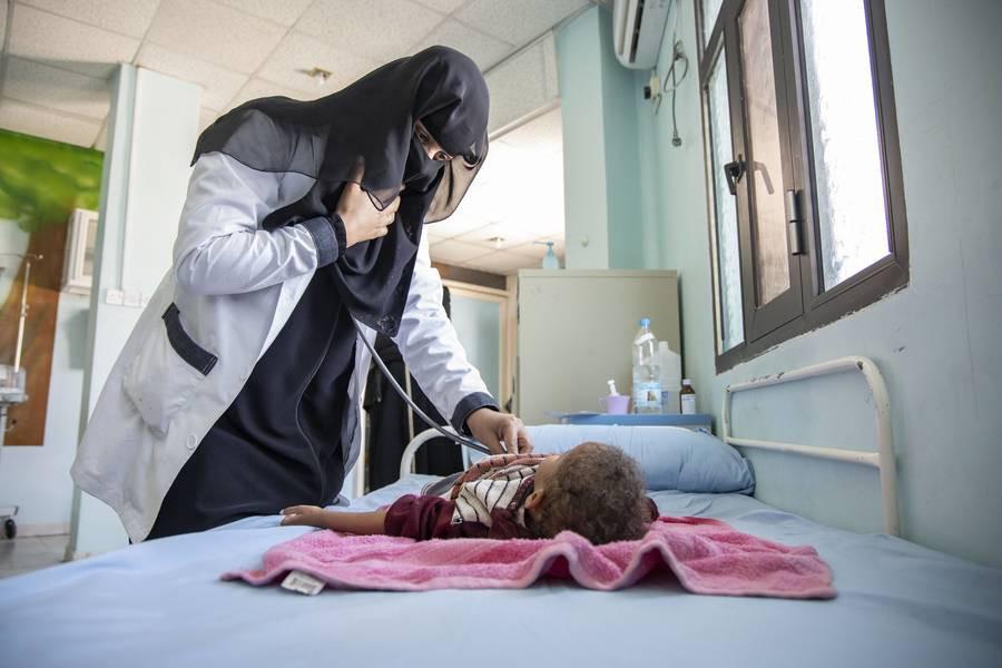 Basha'er Ahmed Saeed, 4 ans, souffre de malnutrition aiguë en plus d'une atrophie cérébrale et d'épilepsie.
