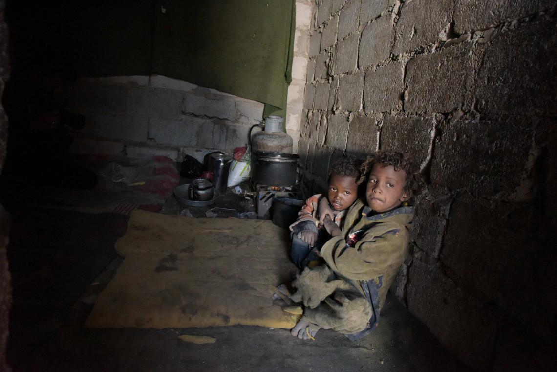 Deux frères et sœurs de Hodeida attendent dans un abri minable après que leur famille a fui la violence le long de la côte de la mer Rouge au Yémen.