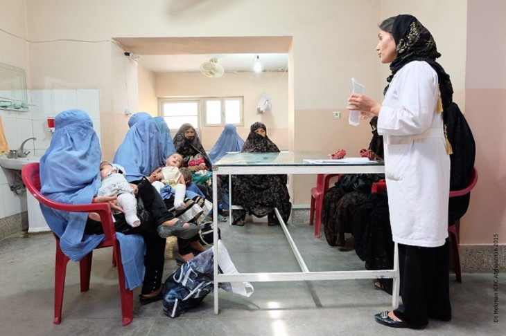 (ICRC medical staff and patients. Photo: Els Hekman, Afghanistan 2015)