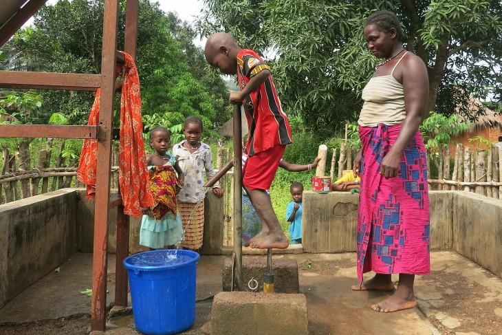 guin e amener l eau potable dans les villages comit. Black Bedroom Furniture Sets. Home Design Ideas