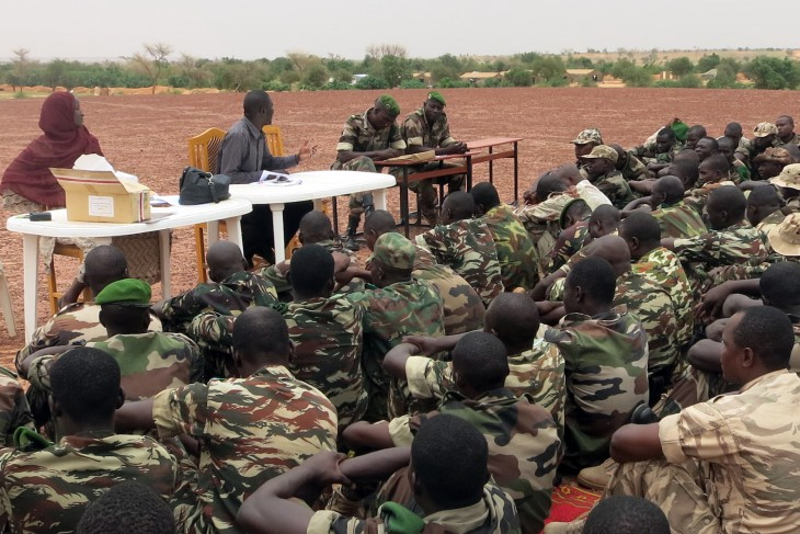 A contingent of Niger army personnel about to deploy to Mali as part of MINUSMA receives an IHL briefing from the ICRC.